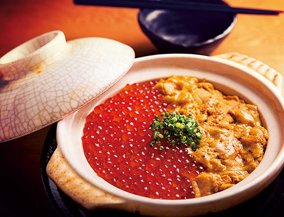 请品尝新鲜的海鲜料理 「海胆黄和鱼籽(うにといくら)的土鍋御飯」