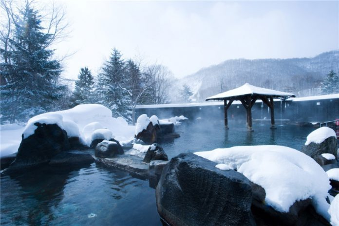 邊泡溫泉邊看雪景,边泡温泉边看雪景,enjoying a snow view while taking a hot spring bathe
